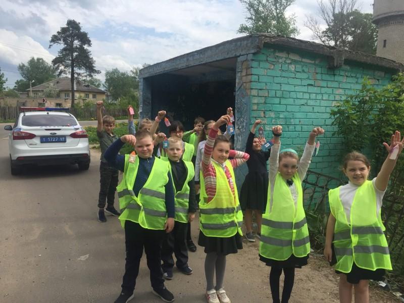 Сотрудники Госавтоинспекции Калининского района и ЮИДовцы провели акцию «Снижаем скорость – сохраняем жизнь!»