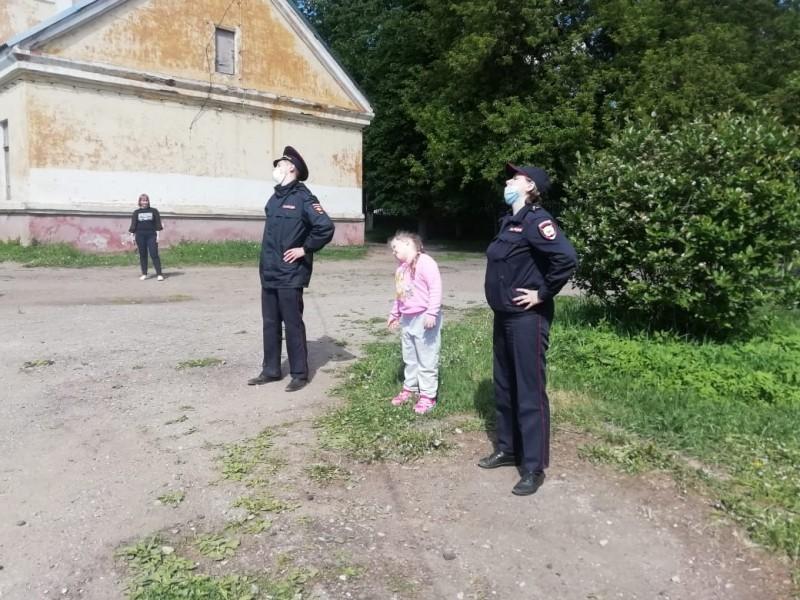 В Тверской области сотрудники полиции и представители общественности провели утреннюю зарядку с учащимися одной из гимназий Торжка