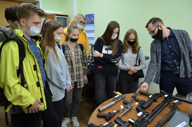 В рамках Антинаркотического месячника тверские школьники побывали в гостях у полицейских