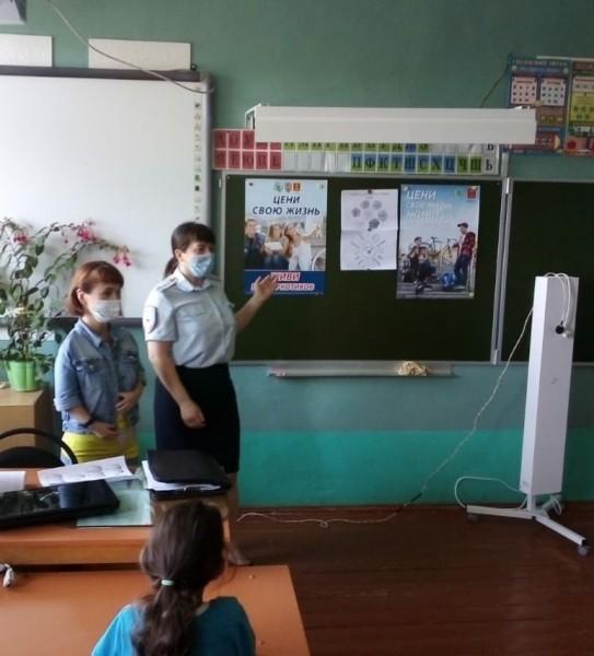 В рамках антинаркотического месячника в Сонковском районе сотрудники полиции совместно с педагогом-психологом провели профилактическую беседу в пришкольных лагерях