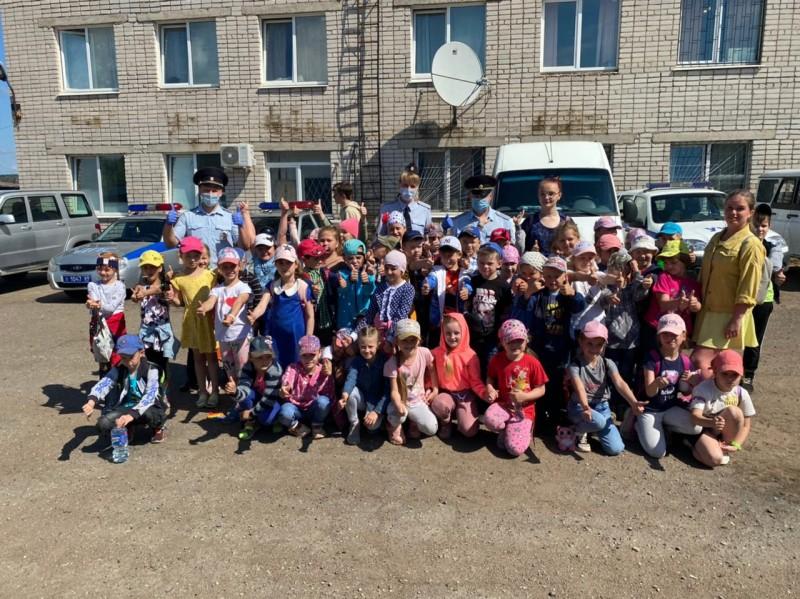 Сотрудники ГИБДД Бологовского района провели день открытых дверей для детей летнего пришкольного лагеря