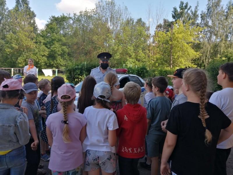 Тверские автоинспекторы провели урок безопасности в летнем пришкольном лагере