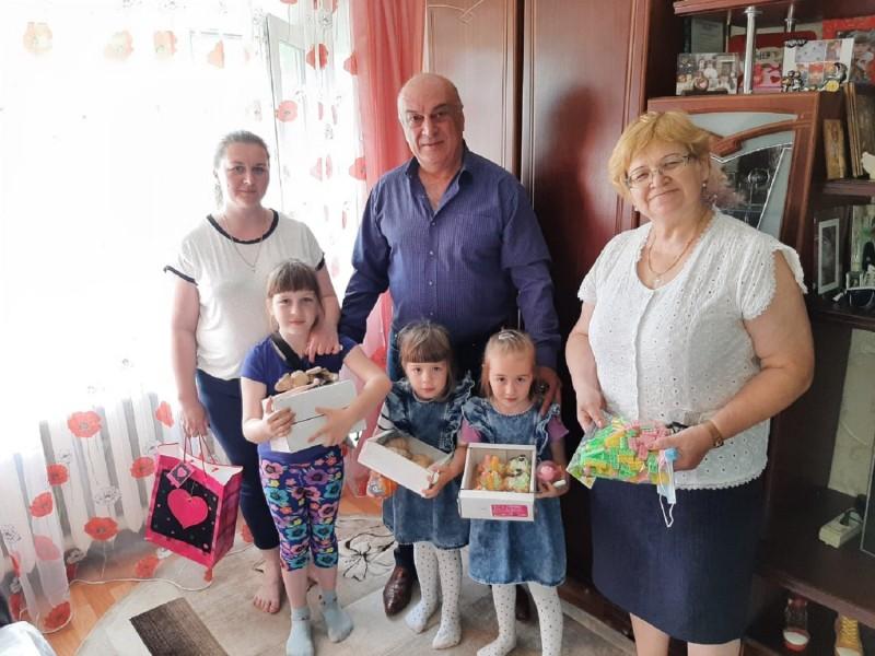 В Тверской области в канун Дня семьи, любви и верности полицейские и общественники посетили многодетные семьи сотрудников