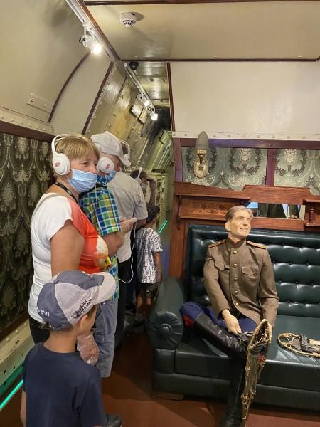 В Твери сотрудники полиции организовали для ветеранов органов внутренних дел и их семей экскурсию в передвижной музей «Поезд Победы»