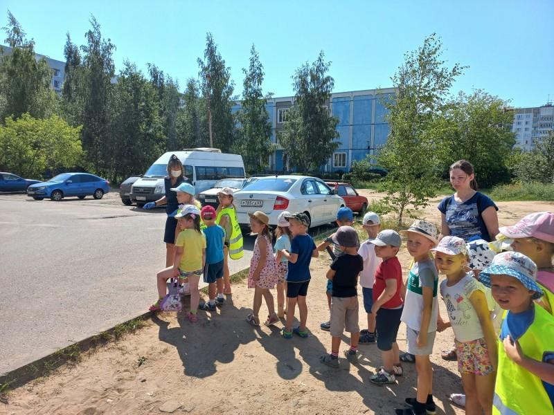 Тверские автоинспекторы провели для ребят из детского сада № 163 акцию «Мой безопасный маршрут»