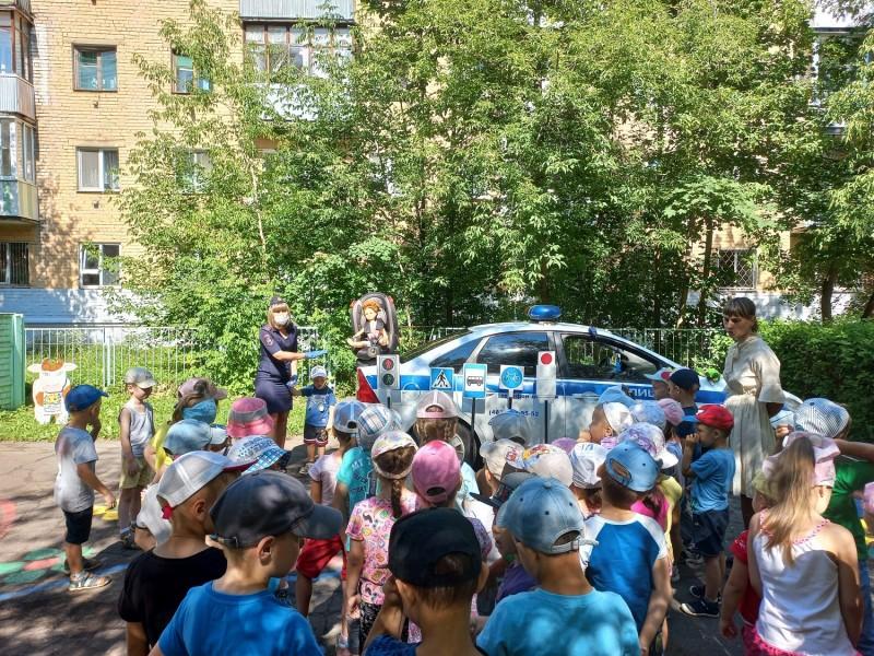 Тверские автоинспекторы провели для ребят из детского сада акцию «Безопасная дорога детям»