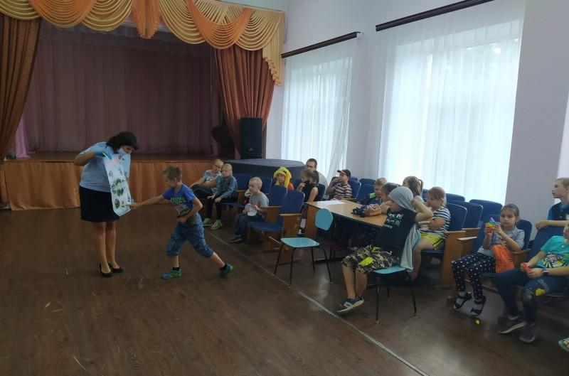Сотрудники Госавтоинспекции проводят в летних лагерях с дневным пребыванием детей мероприятия по изучению Правил дорожного движения