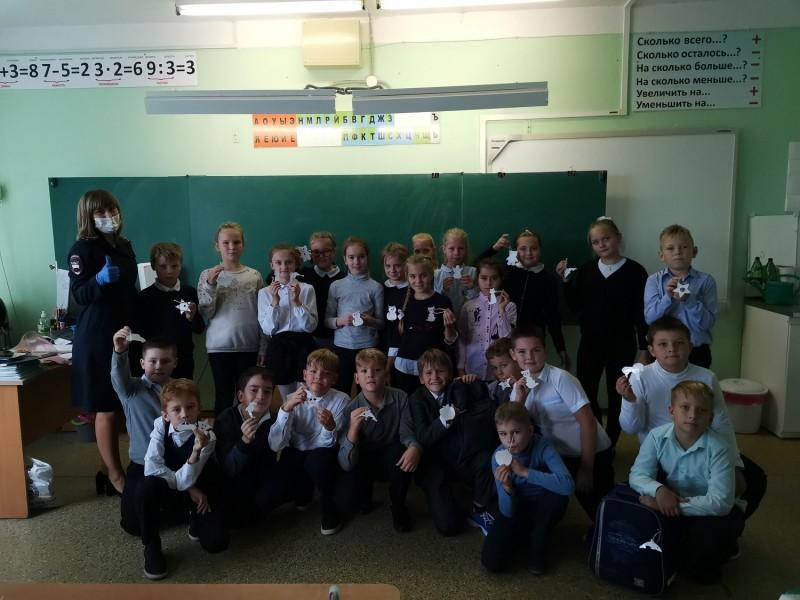 Сотрудники Госавтоинспекции УМВД России по городу Твери провели с учащимися акцию «Засветись!