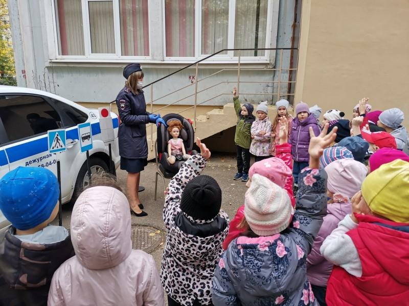 Тверские полицейские принимают участие в Неделе безопасности дорожного движения.